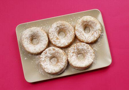 sucre glace: Cinq beignets de sucre glace