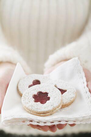 jam biscuits: Donna in possesso di marmellata biscotti su un tovagliolo LANG_EVOIMAGES