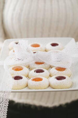 jam biscuits: Donna in possesso di marmellata biscotti