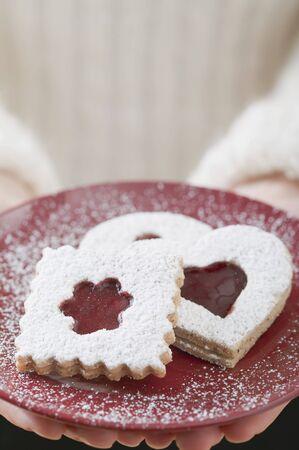 jam biscuits: Donna in possesso di marmellata biscotti sulla piastra LANG_EVOIMAGES