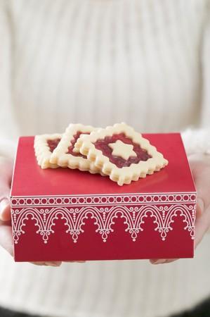 jam biscuits: Woman holding marmellata biscotti su scatola rossa