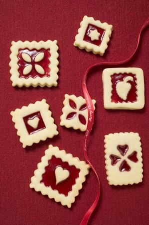 jam biscuits: Sette biscotti marmellata quadrati con nastro rosso