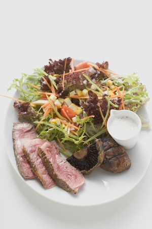 giant mushroom: Steak salad with mushrooms and dressing