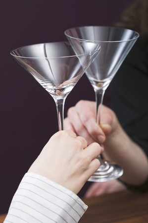 clinking: Manos que tintinean los vidrios de coctel vac�os LANG_EVOIMAGES