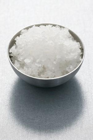 sel: Fleur de sel in metal dish