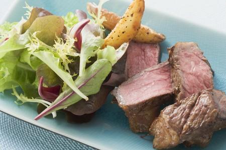 potato wedges: Beef fillet steak with potato wedges and salad LANG_EVOIMAGES