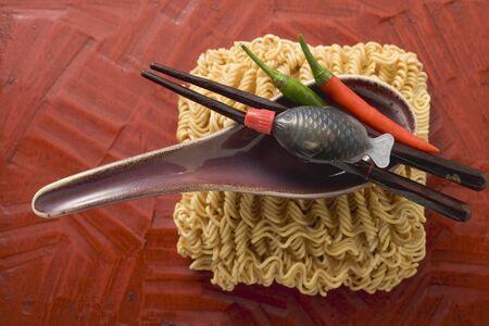 soup spoon: Pasta all'uovo, cucchiaio, salsa di soia e peperoncini (Asia)