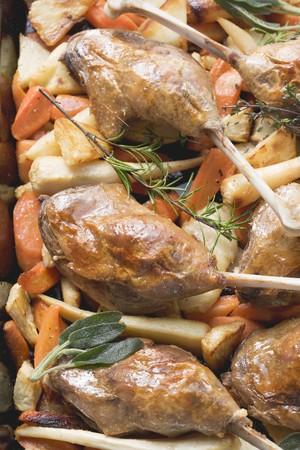 root vegetables: Gambe anatra arrosto su ortaggi a radice