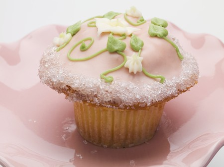buttercream: Cupcake with pink icing and buttercream flowers LANG_EVOIMAGES