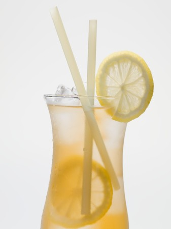 iced tea: Iced tea with lemon slices and straws LANG_EVOIMAGES