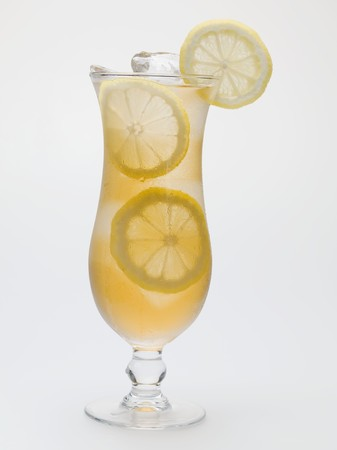 lemon slices: Bicchiere di t� freddo con fette di limone
