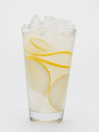 soda pops: A glass of lemonade with crushed ice LANG_EVOIMAGES