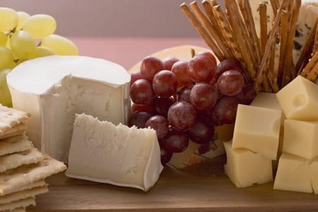 tabla de queso: Tabla de quesos con uvas y palitos salados