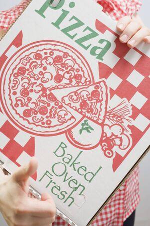 pizza box: Mujer la celebraci�n de caja de pizza (close-up)
