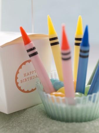 cadeau anniversaire: bougies de crayon et cadeau d'anniversaire