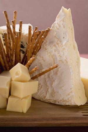 tabla de queso: Tabla de quesos con palitos salados