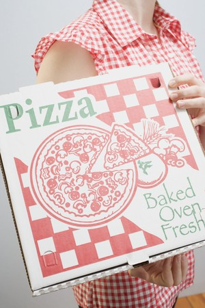 pizza box: Mujer que sostiene la caja de la pizza LANG_EVOIMAGES