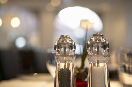 arredamento classico: Sale e pepe su un tavolo al ristorante LANG_EVOIMAGES
