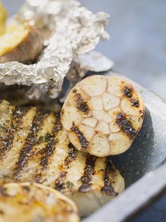filete de pescado: Filete de pescado a la plancha con ajo y papa al horno