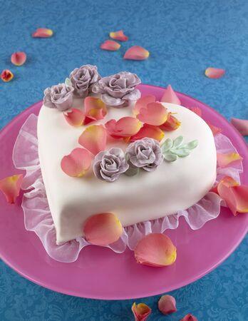花びら: バレンタインの日に花びらがハート型のケーキ