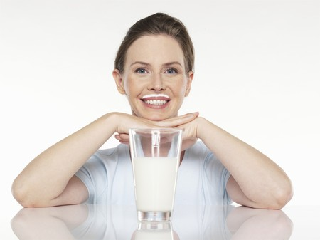 25 to 30 year olds: Young woman with a glass of milk LANG_EVOIMAGES