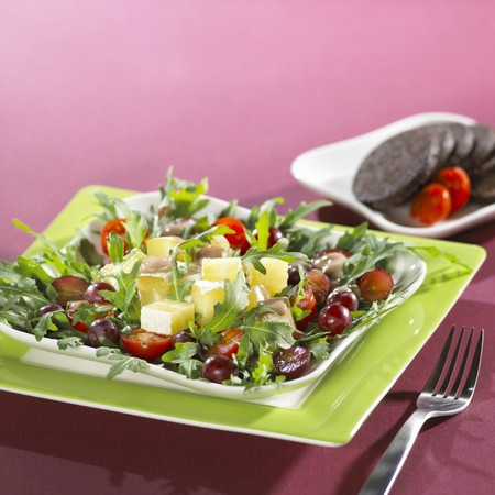 roquette: Rocket salad with grapes, cheese and tomatoes LANG_EVOIMAGES