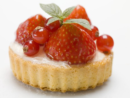 redcurrant: Individual strawberry and redcurrant flan with mint leaves LANG_EVOIMAGES
