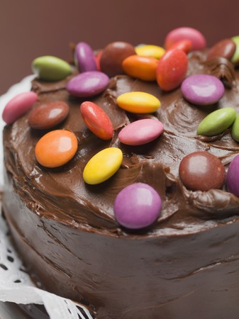 doiley: Chocolate cake with coloured chocolate beans (close-up) LANG_EVOIMAGES
