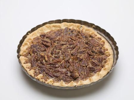 pecan pie: Pastel de nuez entera en el plato para hornear
