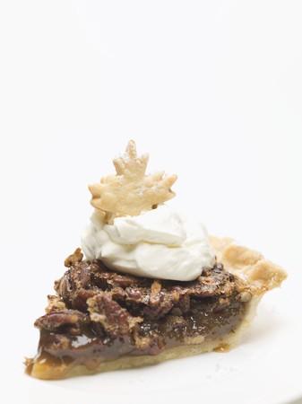 pecan pie: Pedazo de pastel de nuez con crema
