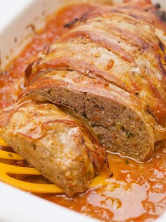 pastel de carne: Pastel de carne envueltas en tocino en salsa de tomate LANG_EVOIMAGES