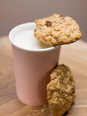 in twos: Two cookies and beaker of milk LANG_EVOIMAGES
