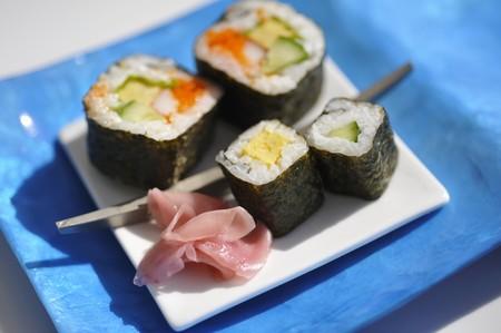 maki sushi: Assortiment de sushi maki avec gingembre marin�