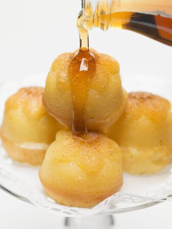 rhum: Soaking babas in maple syrup