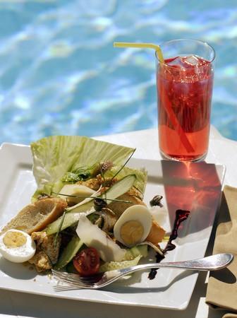 jugo de frutas: Nioise Salade y el jugo de la fruta por la piscina LANG_EVOIMAGES