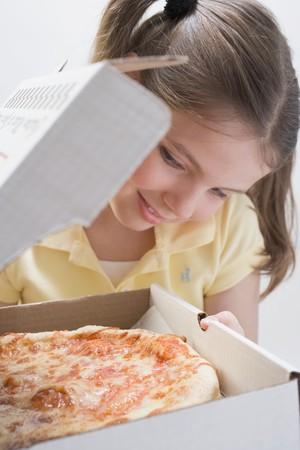 pizza box: Chica busca en pizza fresca en caja de pizza LANG_EVOIMAGES