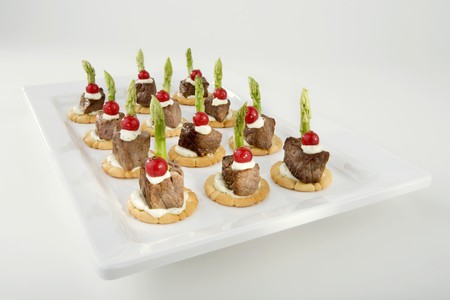 amuse: Beef fillet, redcurrants & green asparagus on crackers