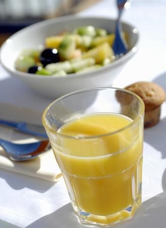 jugo de frutas: El jugo de fruta y ensalada de frutas para el desayuno LANG_EVOIMAGES