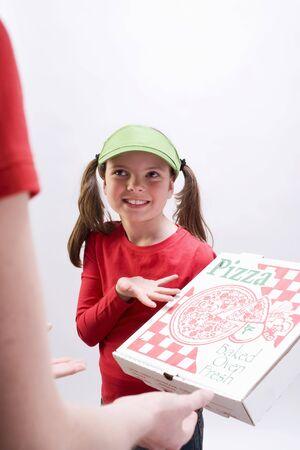 pizza box: Chica en la visera cuadro que muestra la pizza verde LANG_EVOIMAGES
