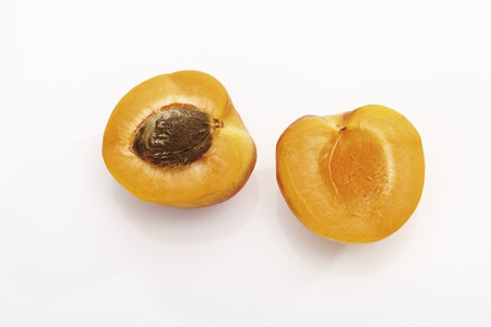 halved: Apricot, halved (overhead view) LANG_EVOIMAGES
