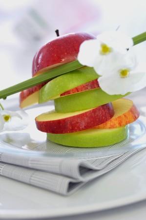 jus de citron: Tour de tranches de pomme avec le jus de citron