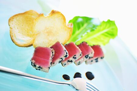 seared: Seared tuna with sesame seeds and balsamic vinegar LANG_EVOIMAGES