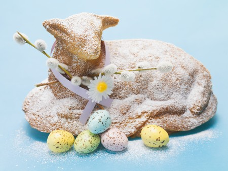 pasen schaap: Baked Easter lamb with pussy willow and Easter eggs