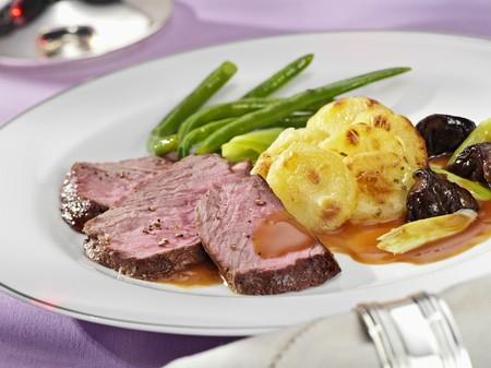 beefsteak: Beefsteak with potato gratin and green beans