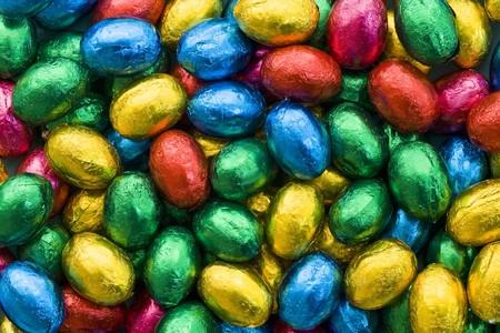 oeufs en chocolat: Oeufs en chocolat dans du papier de couleur