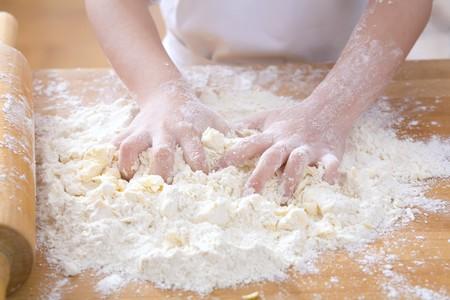 amasando: Manos del ni�o que amasan la pasta