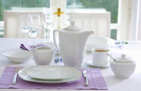 wei�er tee: Gedeck mit wei�em Tee Dinge