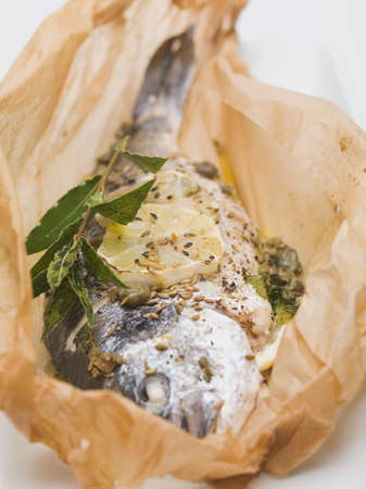 sea bream: Gilthead sea bream in baking parchment LANG_EVOIMAGES