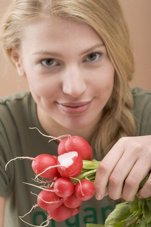 25 to 30 year olds: Woman holding radishes LANG_EVOIMAGES