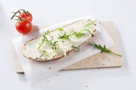 arugola: Bread and butter with rocket on a board LANG_EVOIMAGES
